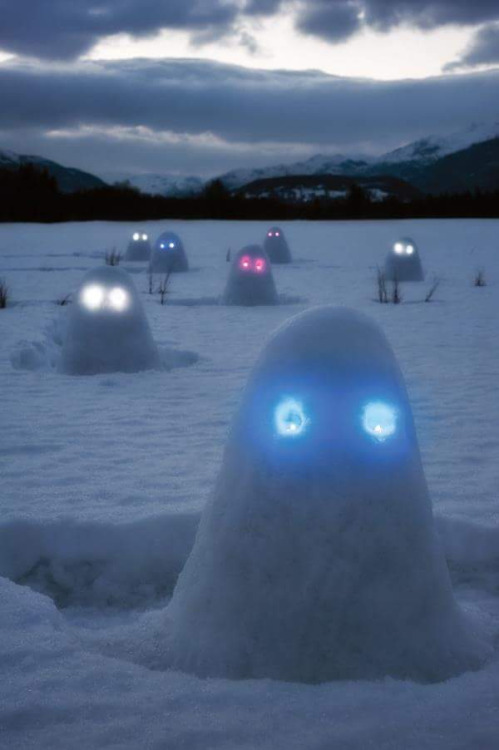 creepy-glowing-snowmen